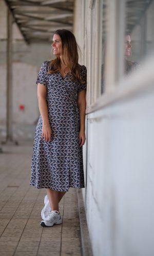 jurk-midi-lengte-dessin-petrol-grafisch-print-overslag-wikkel-wrap-dress-muts-fashion-groningen